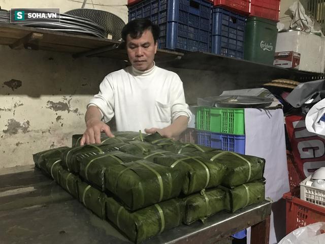 [Ảnh] Độc đáo ở Hà Nội: 10 gia đình luộc chung nồi bánh chưng 100 chiếc trên phố - Ảnh 14.