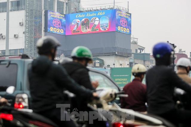 Đường phố Hà Nội trang hoàng đón Tết Canh Tý 2020 - Ảnh 3.
