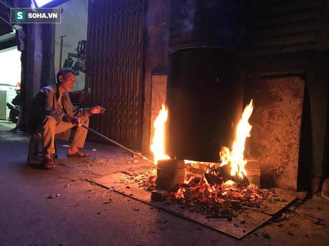 [Ảnh] Độc đáo ở Hà Nội: 10 gia đình luộc chung nồi bánh chưng 100 chiếc trên phố - Ảnh 4.