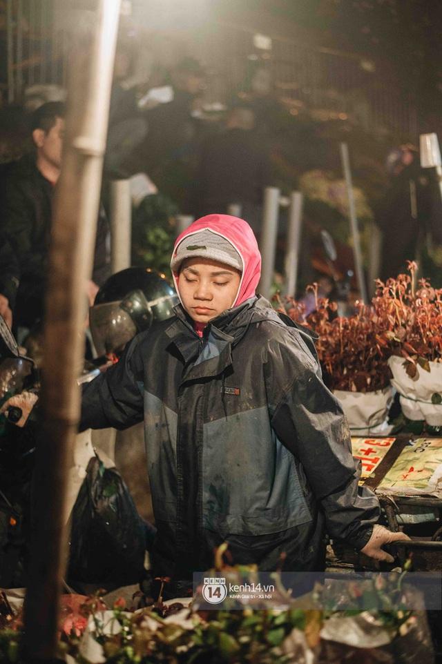 """Những bát mì ăn vội, những đêm dài rét thấu xương thức trắng ở chợ hoa: """"Buôn hoa Tết như đánh một canh bạc, bại nhiều hơn thắng"""" - Ảnh 4."""