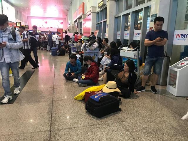 Vạn người vật vờ ở sân bay Tân Sơn Nhất ngày 28 tết - Ảnh 4.