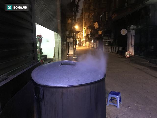 [Ảnh] Độc đáo ở Hà Nội: 10 gia đình luộc chung nồi bánh chưng 100 chiếc trên phố - Ảnh 5.