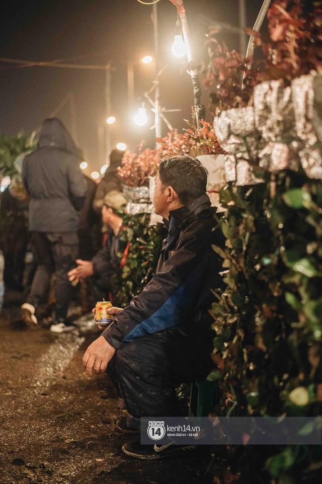 """Những bát mì ăn vội, những đêm dài rét thấu xương thức trắng ở chợ hoa: """"Buôn hoa Tết như đánh một canh bạc, bại nhiều hơn thắng"""" - Ảnh 5."""