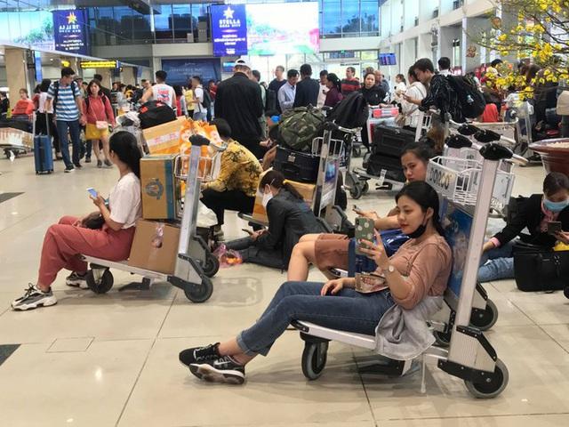 Vạn người vật vờ ở sân bay Tân Sơn Nhất ngày 28 tết - Ảnh 5.