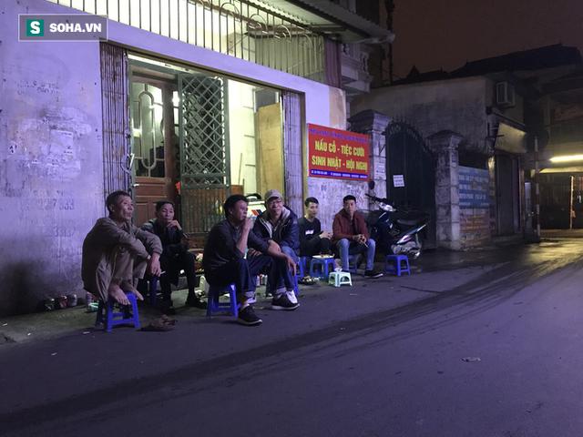 [Ảnh] Độc đáo ở Hà Nội: 10 gia đình luộc chung nồi bánh chưng 100 chiếc trên phố - Ảnh 6.