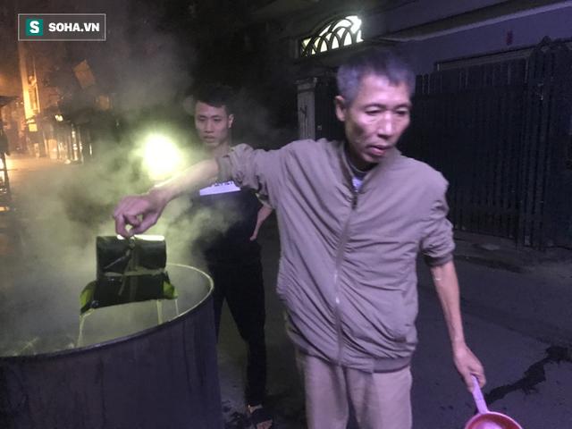 [Ảnh] Độc đáo ở Hà Nội: 10 gia đình luộc chung nồi bánh chưng 100 chiếc trên phố - Ảnh 7.