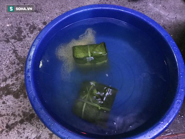 [Ảnh] Độc đáo ở Hà Nội: 10 gia đình luộc chung nồi bánh chưng 100 chiếc trên phố - Ảnh 8.