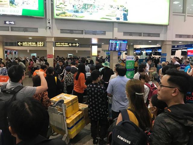 Vạn người vật vờ ở sân bay Tân Sơn Nhất ngày 28 tết - Ảnh 8.