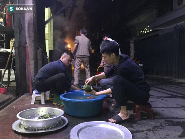 [Ảnh] Độc đáo ở Hà Nội: 10 gia đình luộc chung nồi bánh chưng 100 chiếc trên phố - Ảnh 9.