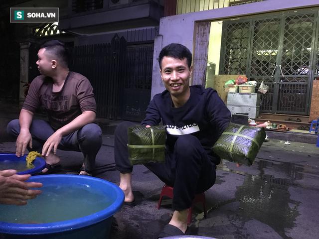 [Ảnh] Độc đáo ở Hà Nội: 10 gia đình luộc chung nồi bánh chưng 100 chiếc trên phố - Ảnh 10.