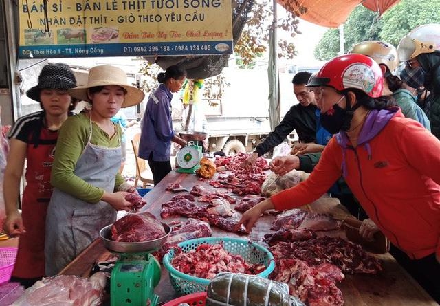 CLIP: Đổ xô đi mua dù giá thịt trâu, bò tăng phi mã  - Ảnh 3.