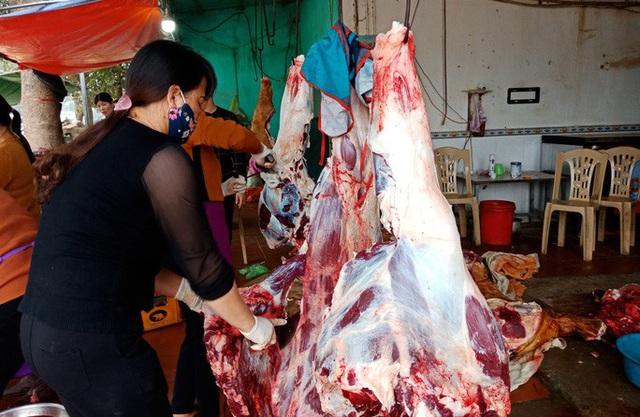 CLIP: Đổ xô đi mua dù giá thịt trâu, bò tăng phi mã  - Ảnh 5.