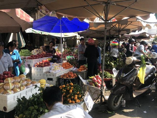 Trái cây khổng lồ gắn mác ngoại bày bán giá rẻ trên vỉa hè Sài Gòn - Ảnh 1.