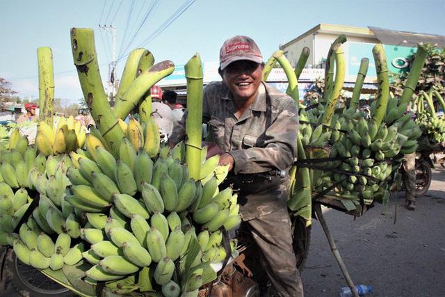 Cận cảnh chợ chuối mật mốc lớn nhất miền Trung ngày cận Tết - Ảnh 1.
