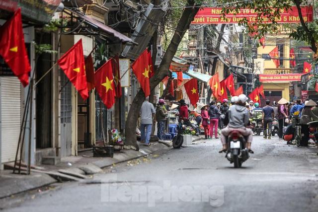 Phố phường Thủ đô rực rỡ cờ đỏ sao vàng ngày 30 Tết - Ảnh 2.