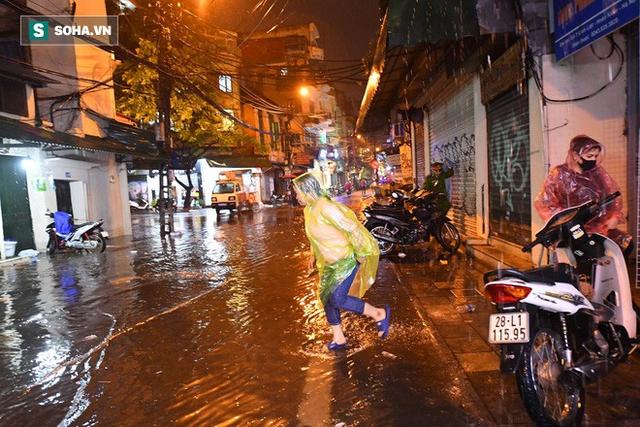 Trực tiếp đón giao thừa Tết Canh Tý 2020: Người Hà Nội đội mưa đón giao thừa, người Sài Gòn đeo khẩu trang chờ năm mới - Ảnh 11.