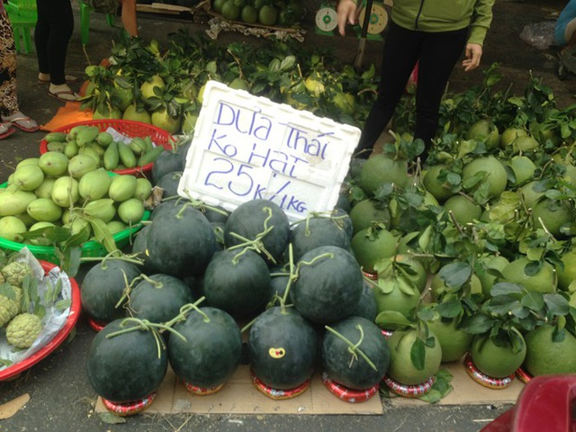 Trái cây khổng lồ gắn mác ngoại bày bán giá rẻ trên vỉa hè Sài Gòn - Ảnh 12.
