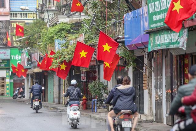 Phố phường Thủ đô rực rỡ cờ đỏ sao vàng ngày 30 Tết - Ảnh 12.