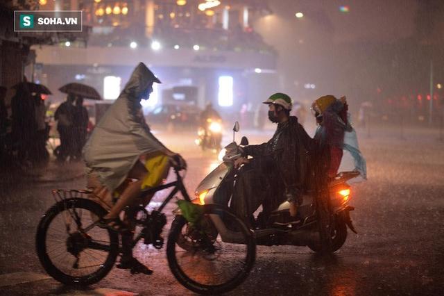 Trực tiếp đón giao thừa Tết Canh Tý 2020: Người Hà Nội đội mưa đón giao thừa, người Sài Gòn đeo khẩu trang chờ năm mới - Ảnh 12.