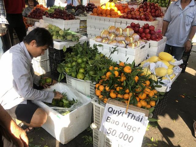 Trái cây khổng lồ gắn mác ngoại bày bán giá rẻ trên vỉa hè Sài Gòn - Ảnh 13.