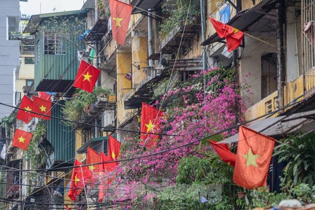 Phố phường Thủ đô rực rỡ cờ đỏ sao vàng ngày 30 Tết - Ảnh 13.