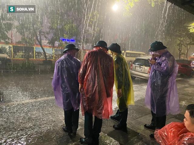 Trực tiếp đón giao thừa Tết Canh Tý 2020: Người Hà Nội đội mưa đón giao thừa, người Sài Gòn đeo khẩu trang chờ năm mới - Ảnh 13.