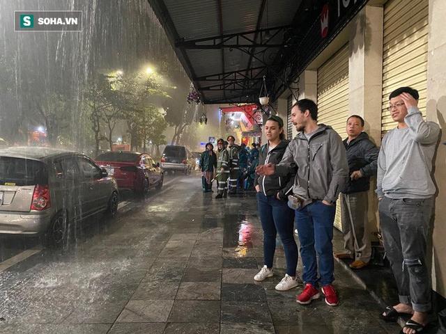 Trực tiếp đón giao thừa Tết Canh Tý 2020: Người Hà Nội đội mưa đón giao thừa, người Sài Gòn đeo khẩu trang chờ năm mới - Ảnh 14.
