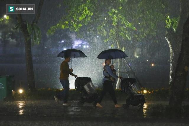 Trực tiếp đón giao thừa Tết Canh Tý 2020: Người Hà Nội đội mưa đón giao thừa, người Sài Gòn đeo khẩu trang chờ năm mới - Ảnh 15.