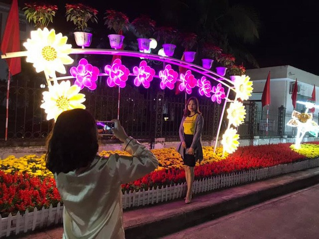 Trực tiếp đón giao thừa Tết Canh Tý 2020: Người Hà Nội đội mưa đón giao thừa, người Sài Gòn đeo khẩu trang chờ năm mới - Ảnh 16.