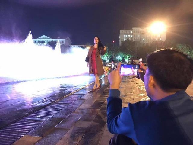 Trực tiếp đón giao thừa Tết Canh Tý 2020: Người Hà Nội đội mưa đón giao thừa, người Sài Gòn đeo khẩu trang chờ năm mới - Ảnh 18.
