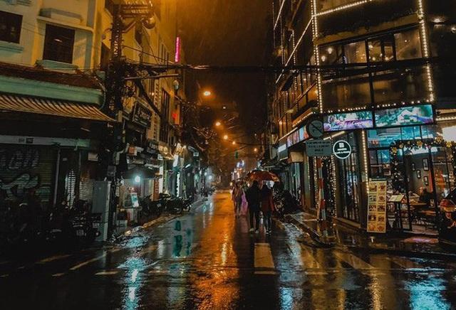 Trực tiếp đón giao thừa Tết Canh Tý 2020: Người Hà Nội đội mưa đón giao thừa, người Sài Gòn đeo khẩu trang chờ năm mới - Ảnh 20.