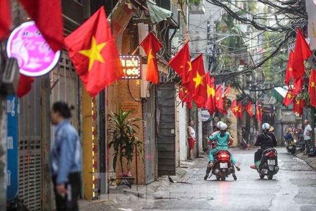 Phố phường Thủ đô rực rỡ cờ đỏ sao vàng ngày 30 Tết - Ảnh 3.