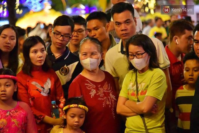 Trực tiếp đón giao thừa Tết Canh Tý 2020: Người Hà Nội đội mưa đón giao thừa, người Sài Gòn đeo khẩu trang chờ năm mới - Ảnh 3.