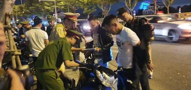 Trực tiếp đón giao thừa Tết Canh Tý 2020: Người Hà Nội đội mưa đón giao thừa, người Sài Gòn đeo khẩu trang chờ năm mới - Ảnh 21.