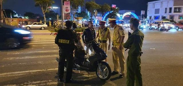 Trực tiếp đón giao thừa Tết Canh Tý 2020: Người Hà Nội đội mưa đón giao thừa, người Sài Gòn đeo khẩu trang chờ năm mới - Ảnh 22.