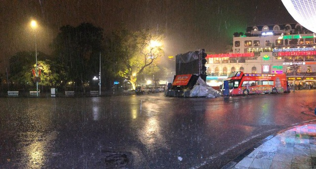 Trực tiếp đón giao thừa Tết Canh Tý 2020: Người Hà Nội đội mưa đón giao thừa, người Sài Gòn đeo khẩu trang chờ năm mới - Ảnh 27.