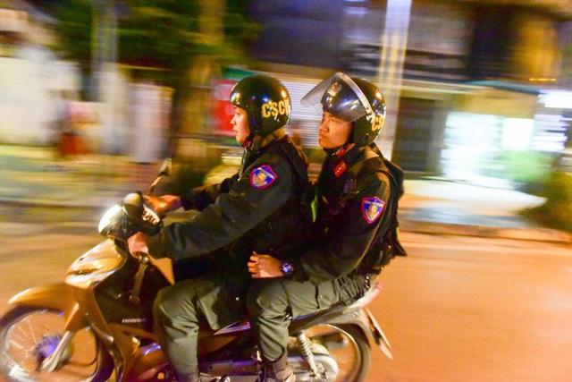 Trực tiếp đón giao thừa Tết Canh Tý 2020: Người Hà Nội đội mưa đón giao thừa, người Sài Gòn đeo khẩu trang chờ năm mới - Ảnh 30.