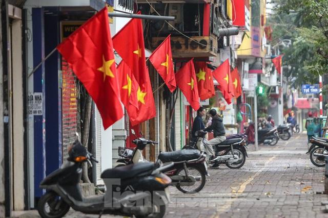 Phố phường Thủ đô rực rỡ cờ đỏ sao vàng ngày 30 Tết - Ảnh 4.