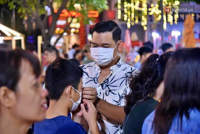 Trực tiếp đón giao thừa Tết Canh Tý 2020: Người Hà Nội đội mưa đón giao thừa, người Sài Gòn đeo khẩu trang chờ năm mới - Ảnh 4.