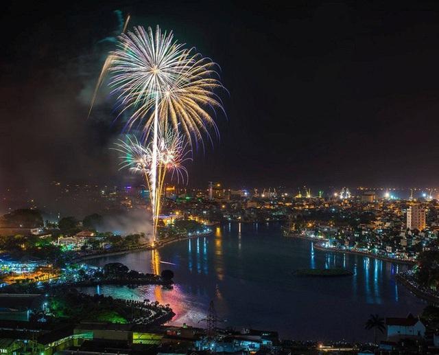 Trực tiếp đón giao thừa Tết Canh Tý 2020: Người Hà Nội đội mưa đón giao thừa, người Sài Gòn đeo khẩu trang chờ năm mới - Ảnh 31.