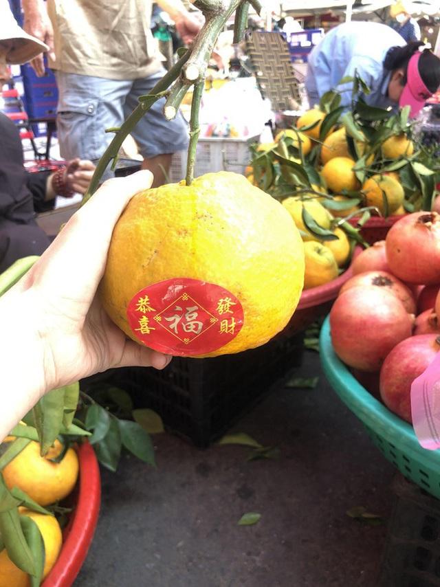 Trái cây khổng lồ gắn mác ngoại bày bán giá rẻ trên vỉa hè Sài Gòn - Ảnh 5.