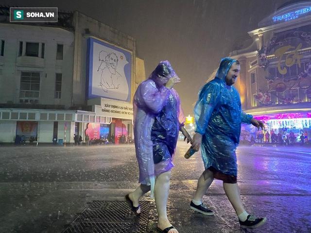 Trực tiếp đón giao thừa Tết Canh Tý 2020: Người Hà Nội đội mưa đón giao thừa, người Sài Gòn đeo khẩu trang chờ năm mới - Ảnh 5.