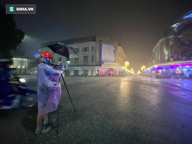 Trực tiếp đón giao thừa Tết Canh Tý 2020: Người Hà Nội đội mưa đón giao thừa, người Sài Gòn đeo khẩu trang chờ năm mới - Ảnh 6.