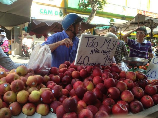 Trái cây khổng lồ gắn mác ngoại bày bán giá rẻ trên vỉa hè Sài Gòn - Ảnh 7.