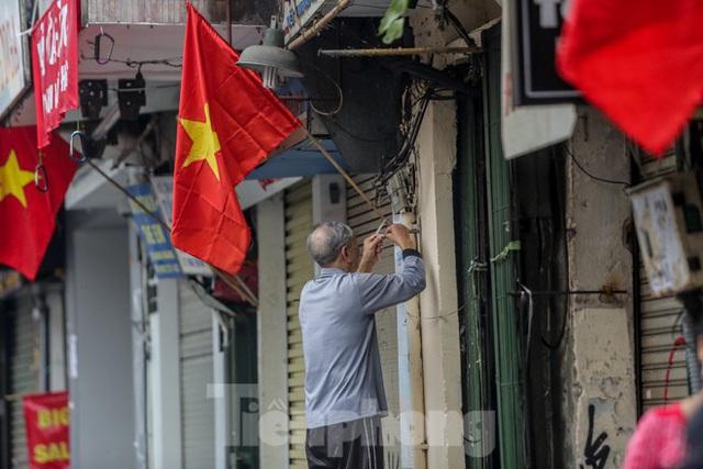Phố phường Thủ đô rực rỡ cờ đỏ sao vàng ngày 30 Tết - Ảnh 7.