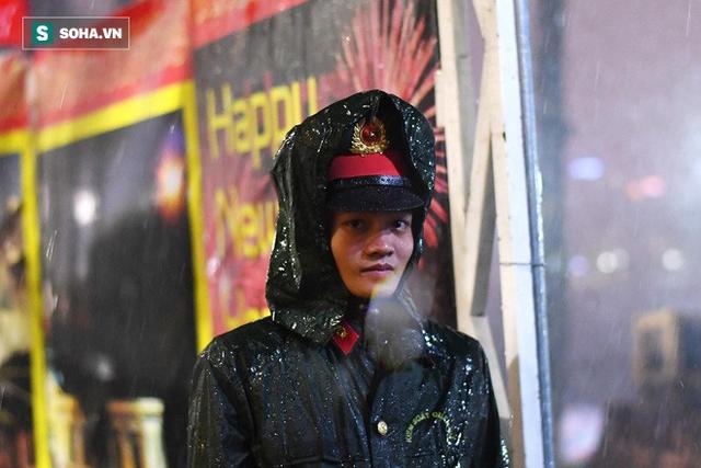 Trực tiếp đón giao thừa Tết Canh Tý 2020: Người Hà Nội đội mưa đón giao thừa, người Sài Gòn đeo khẩu trang chờ năm mới - Ảnh 7.