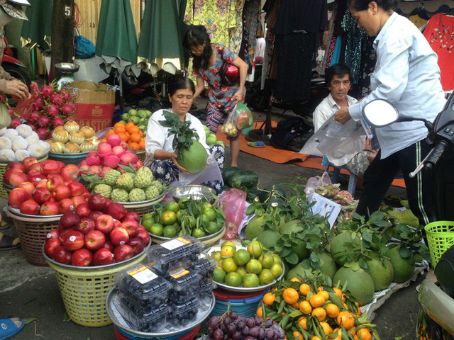 Trái cây khổng lồ gắn mác ngoại bày bán giá rẻ trên vỉa hè Sài Gòn - Ảnh 8.