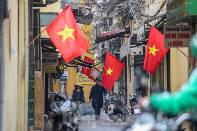 Phố phường Thủ đô rực rỡ cờ đỏ sao vàng ngày 30 Tết - Ảnh 8.