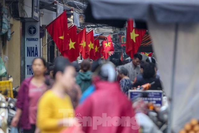 Phố phường Thủ đô rực rỡ cờ đỏ sao vàng ngày 30 Tết - Ảnh 9.