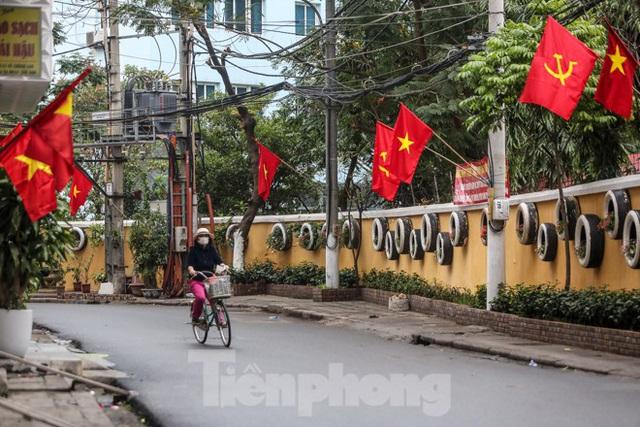 Phố phường Thủ đô rực rỡ cờ đỏ sao vàng ngày 30 Tết - Ảnh 10.